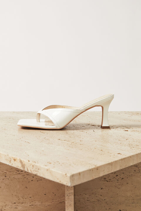 LEATHER THONG HEEL in colour CLOUD DANCER
