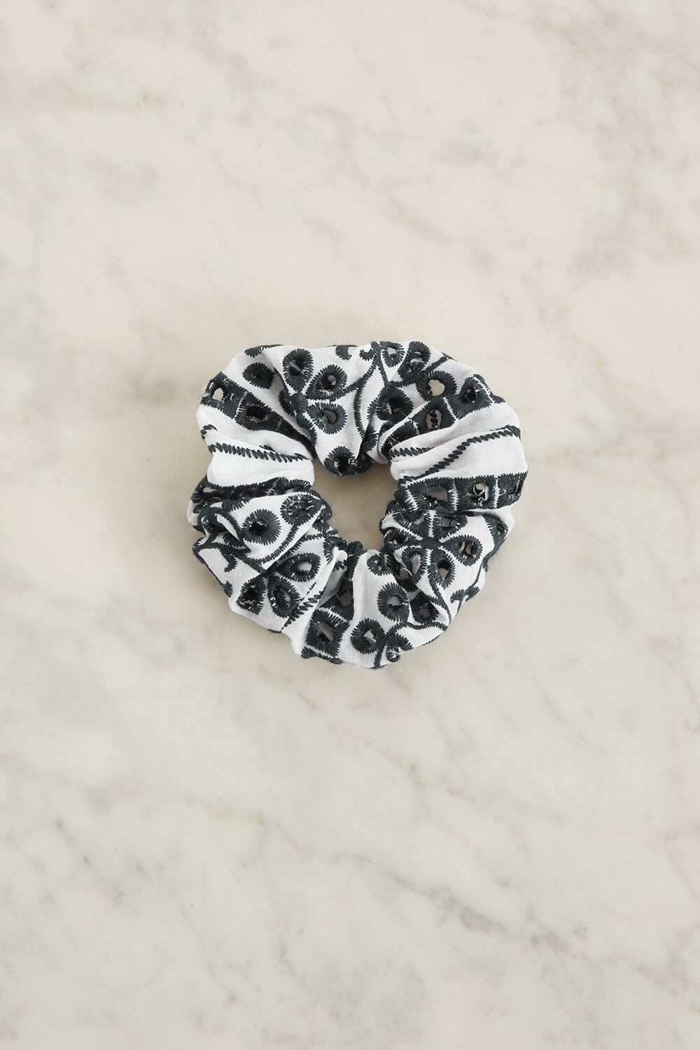 BRODERIE SCRUNCHIE  in colour BRIGHT WHITE