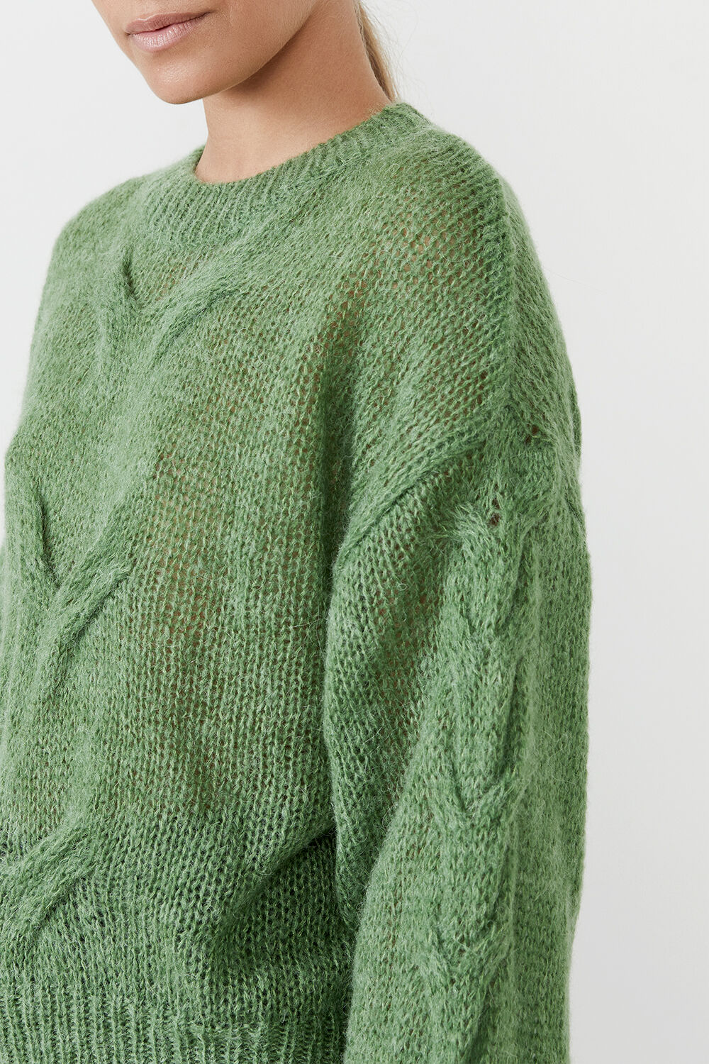 THE OVERSIZED CABLE KNIT in colour EVERGREEN