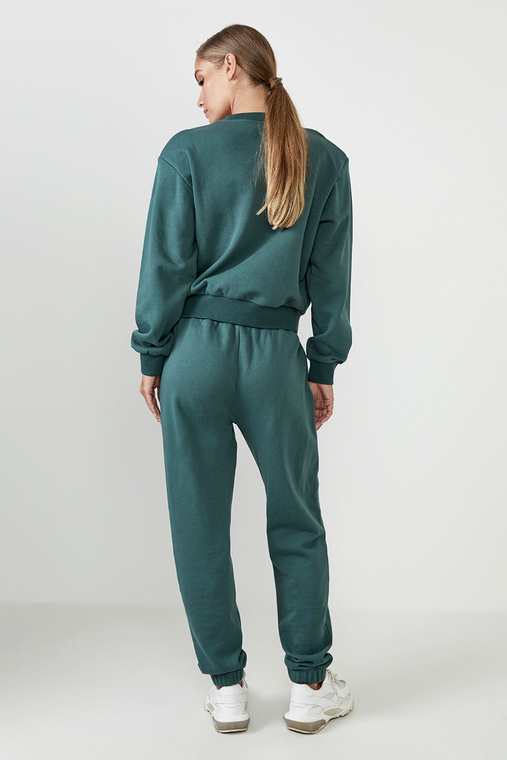 THE ORGANIC SHOULDER PAD SWEAT in colour GREEN GABLES