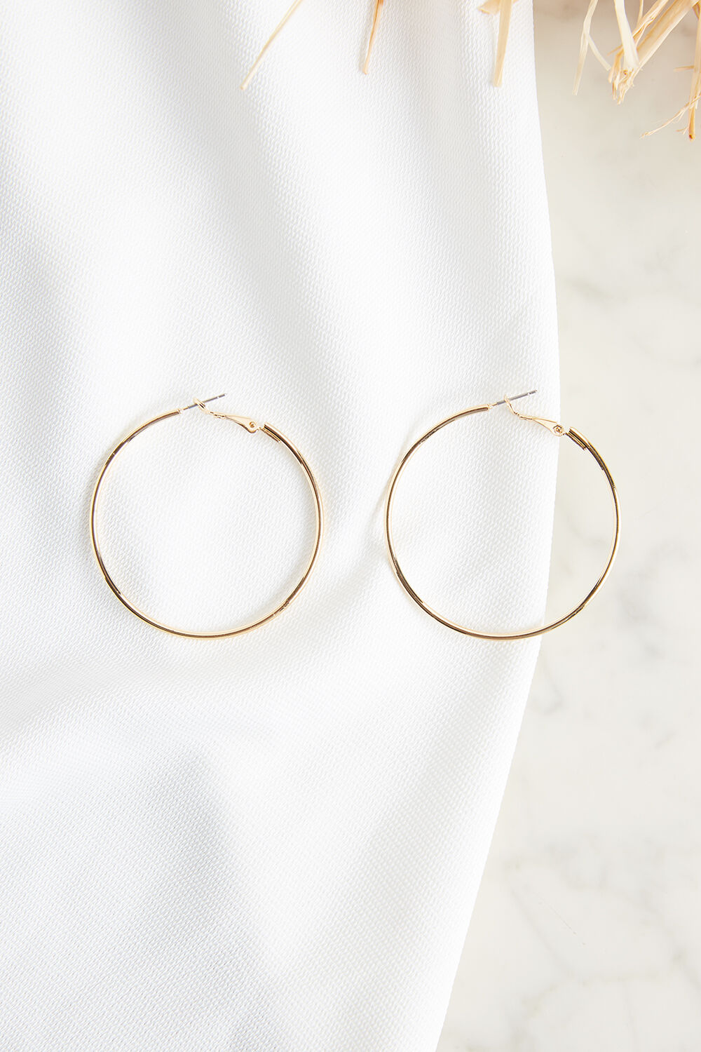 THIN MEDIUM HOOP EARRINGS in colour GOLD EARTH