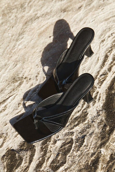 LEATHER THONG HEEL in colour CAVIAR